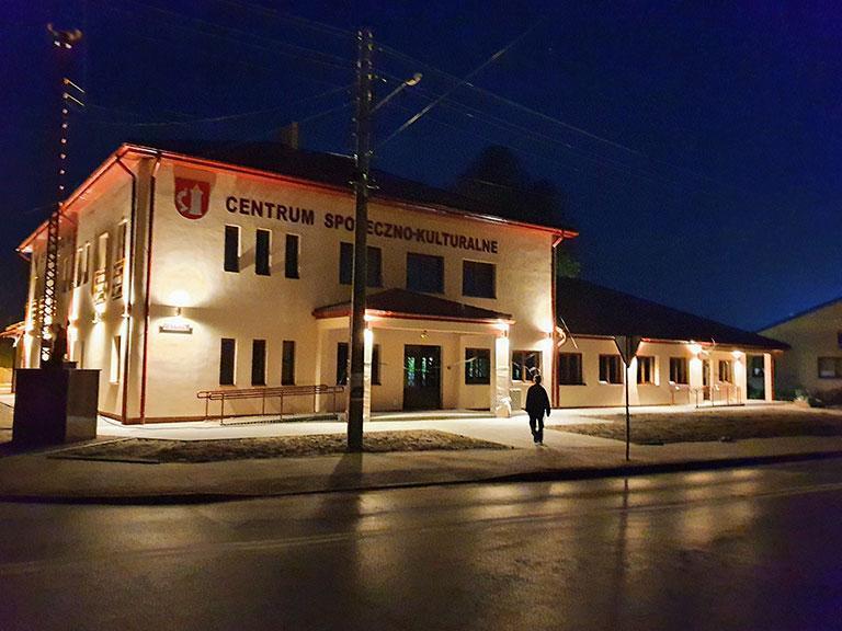 Centrum społeczno-kulturalne nocą
